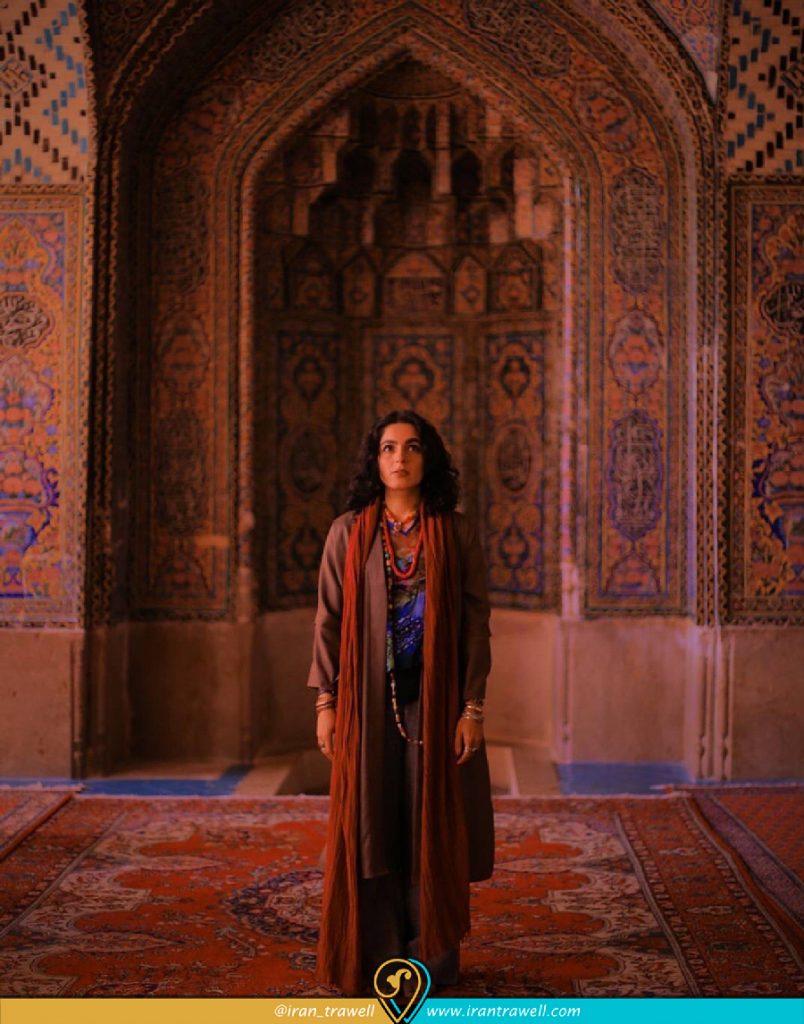 گردشگر خارجی مبهوت زیبایی مسجد صورتی