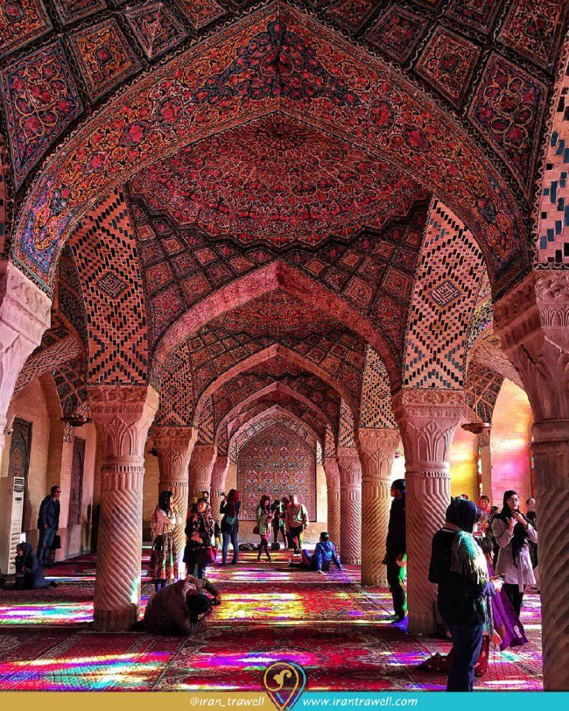 گردشگران و بازی رنگ و نور در مسجد صورتی
